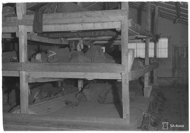 Lähde SA-kuva. Sv-leiri N:o 8 K. Asuinparakki. Sotavangit työskentelevät vuorottain Petsamon Nikkelitehtaassa ja kuvassa olevat ryssät ovat lepovuorossa. Sv-leiri Kolosjoki 1943.11.10