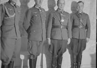 Kenraali Ehrfurth käymässä Kenraali Talvelan luona jakamassa rautaristejä. Naamoila 1941.10.06. SA-kuva. Erfurth toinen vasemmalta.