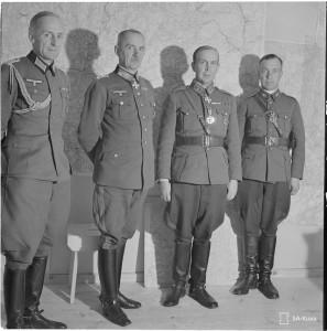 Kenraali Ehrfurth käymässä Kenraali Talvelan luona jakamassa rautaristejä. Naamoila 1941.10.06.